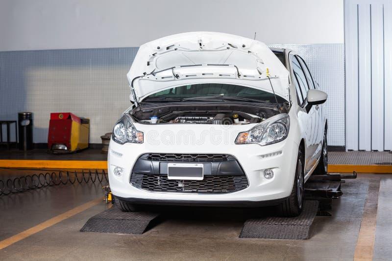 Automobile all'officina riparazioni automatica fotografia stock
