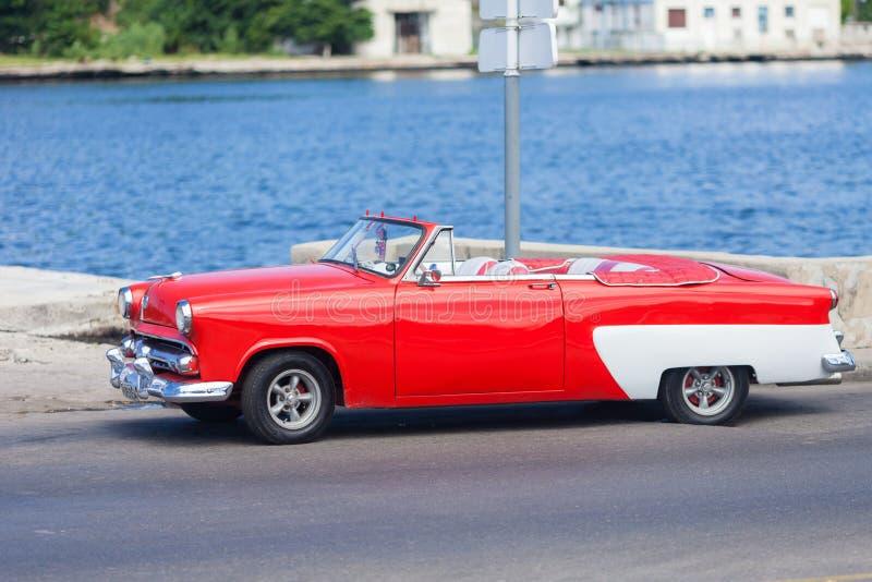 Automobile americana rossa d'annata a Avana, Cuba fotografia stock libera da diritti