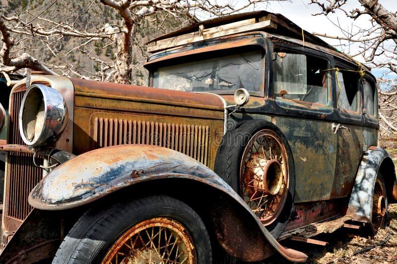 Automobile antica abbandonata arrugginita fotografia stock