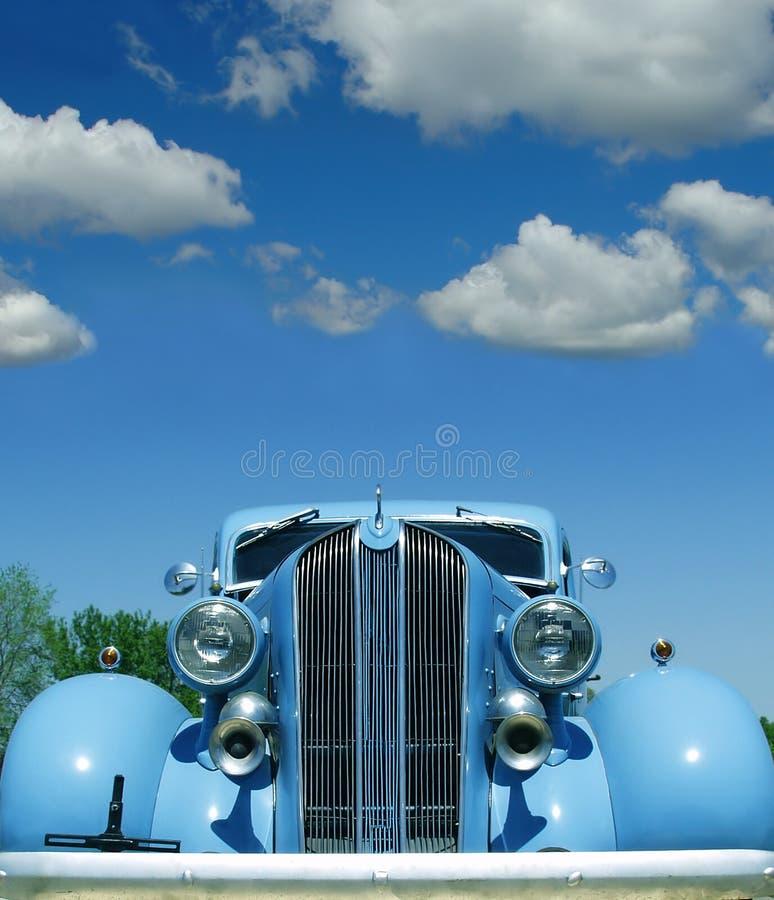 Automobile antica con cielo blu e fotografia stock