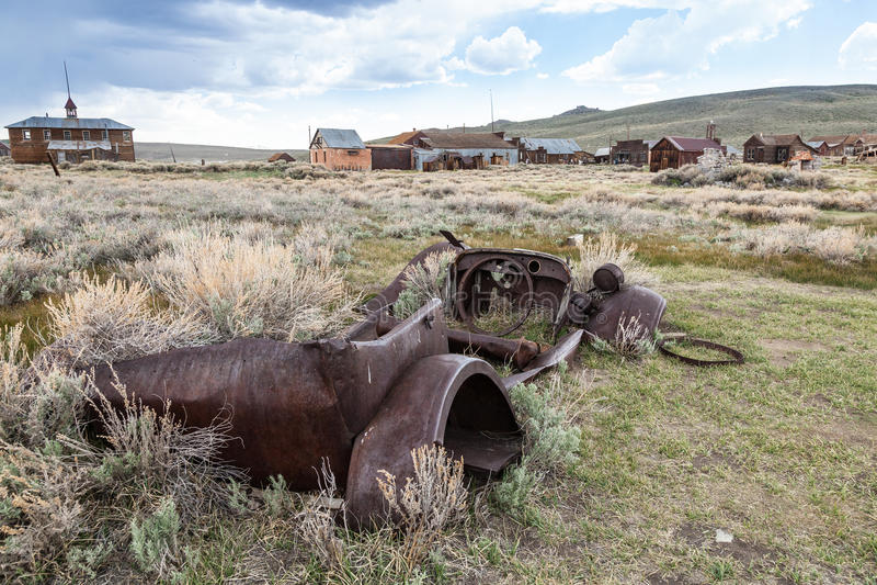 Automobile arrugginita in deserto fotografie stock