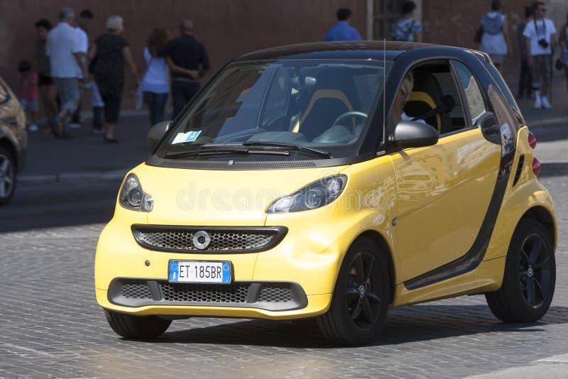 Automobile astuta dell'automobile (giallo) fotografia stock libera da diritti