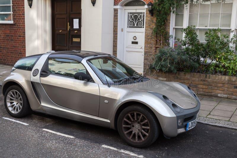Automobile astuta metallica d'argento del coupé dell'automobile scoperta a due posti fotografia stock