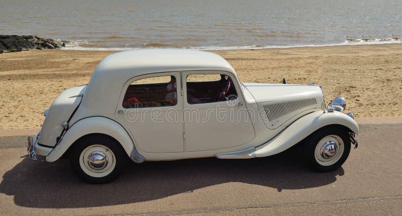 Automobile bianca classica di Citroen parcheggiata sulla passeggiata del lungonmare immagine stock libera da diritti