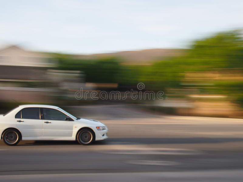 Automobile bianca con sfuocatura immagini stock libere da diritti