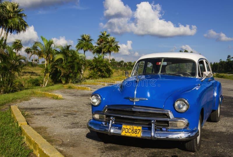 Automobile blu americana classica una delle vie a Avana, fotografia stock libera da diritti