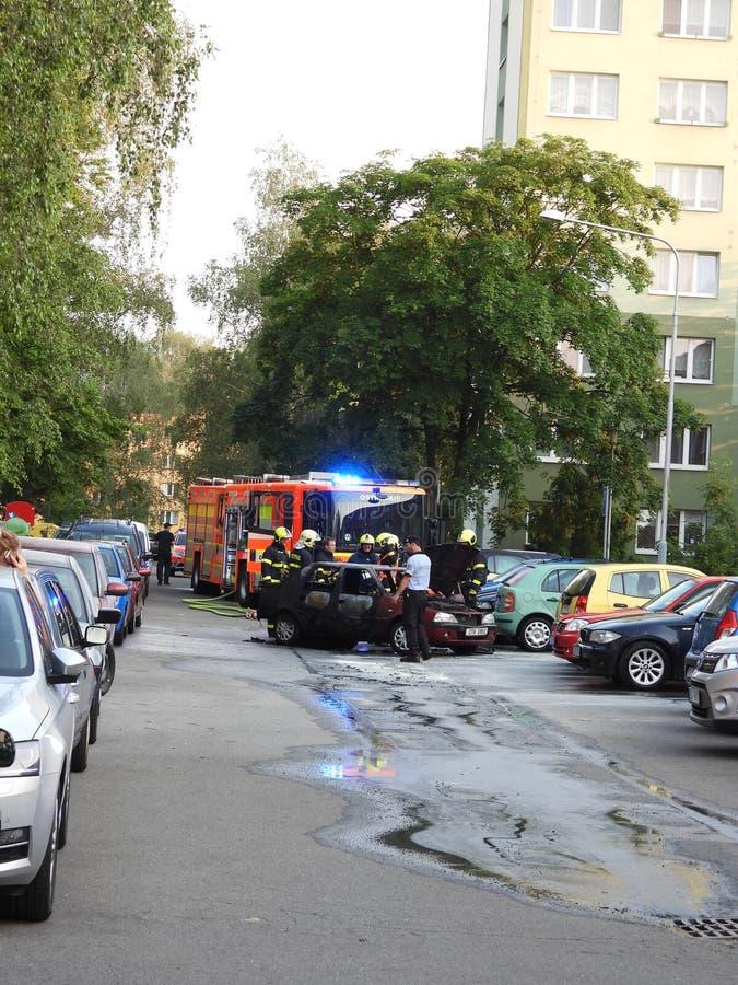 Automobile bruciata dalle coppie senior fotografie stock