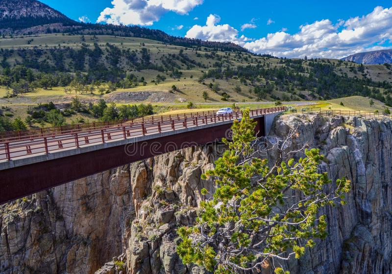 Automobile che attraversa un ponte per rivelare un'altra vista scenica immagine stock libera da diritti