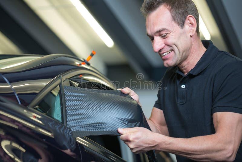 Automobile che avvolge specchio laterale di spostamento professionale con la stagnola del vinile fotografia stock