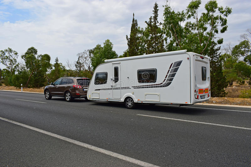 Automobile che rimorchia un caravan immagine stock libera da diritti