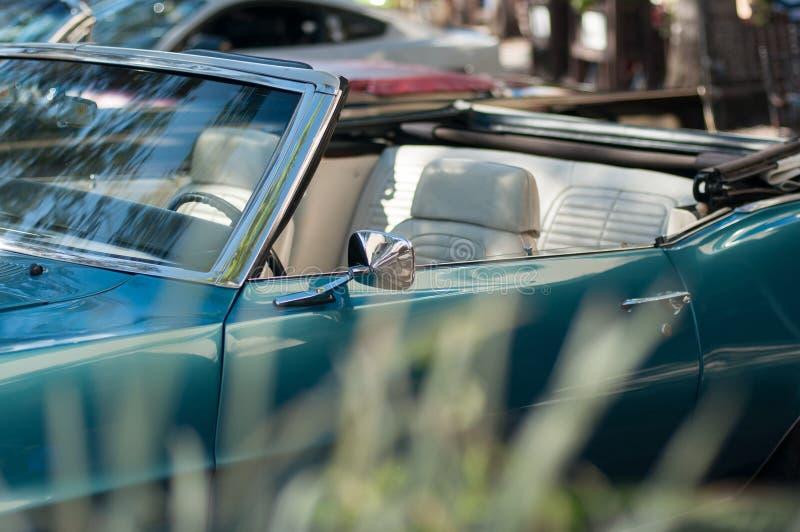 Automobile classica blu di Convirtable con erba confusa fotografia stock libera da diritti