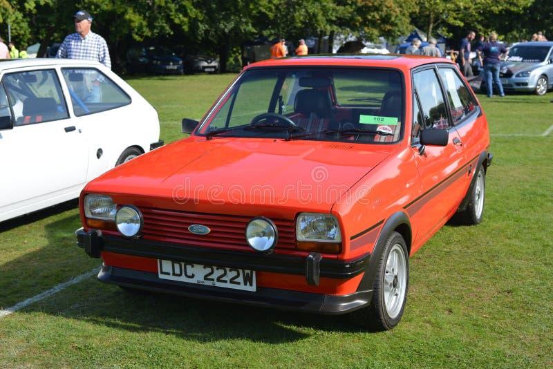 Automobile classica britannica rossa Ford Fiesta dei collettori immagini stock
