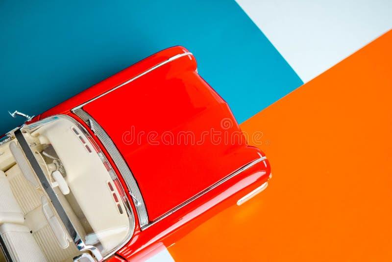 Automobile classica con la fine sul colpo Concetto con il modello di scala americano classico Priorità bassa variopinta immagine stock