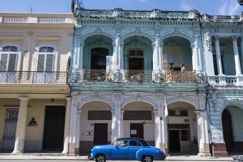 Automobile classica davanti a architectur coloniale, Avana, Cuba fotografie stock libere da diritti