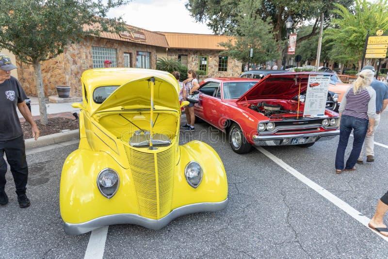 Automobile classica gialla su esposizione immagine stock