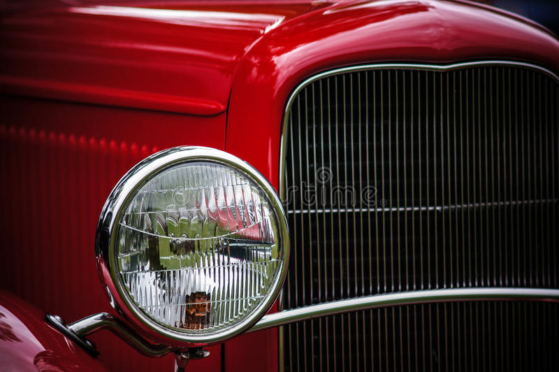 Automobile classica nel colore rosso di ciliegia fotografie stock libere da diritti