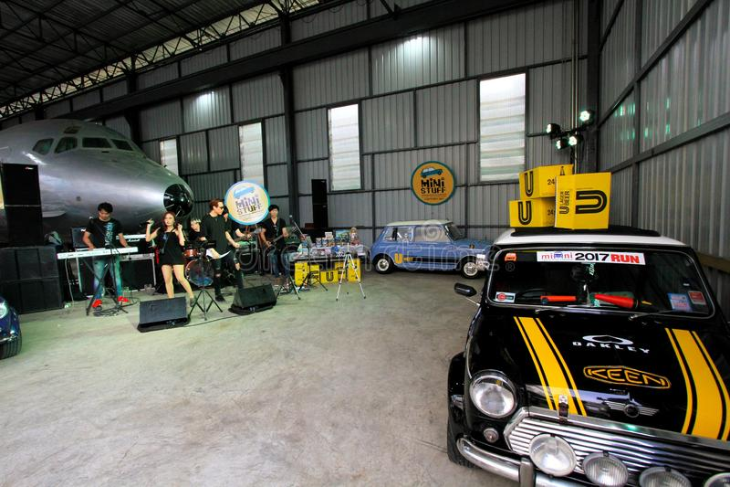Automobile classica nera di Mini Austin con la scatola gialla su parcheggio del tetto nel garage fotografie stock