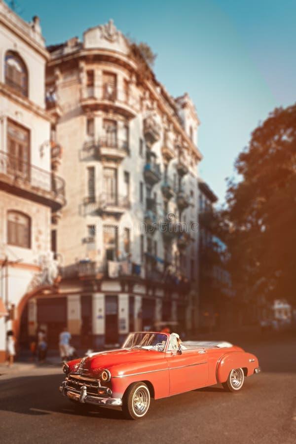 Automobile classica rosa e vecchie costruzioni a Avana del centro immagini stock libere da diritti