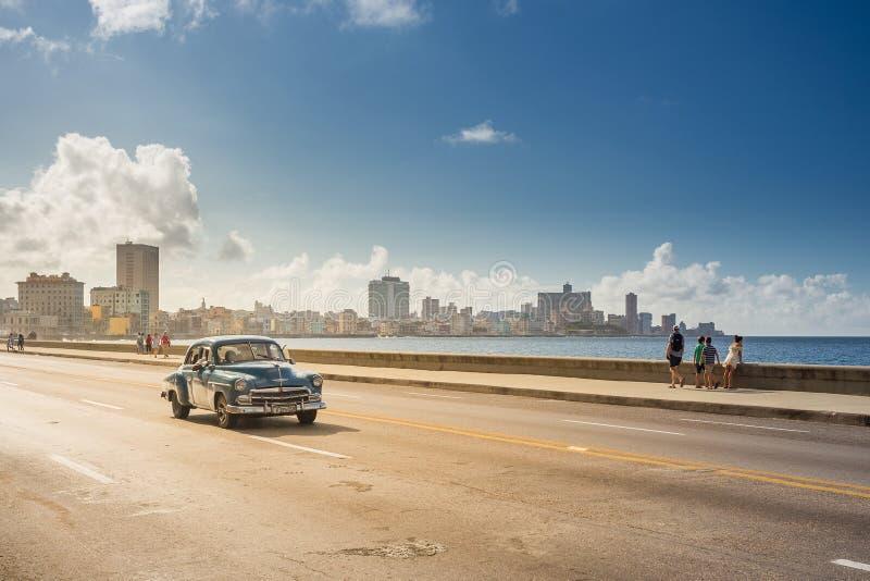 Automobile classica sul Malecon, Avana, Cuba fotografie stock libere da diritti