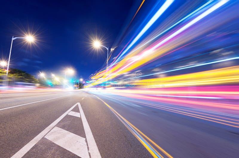 Automobile commovente con la luce della sfuocatura fotografia stock