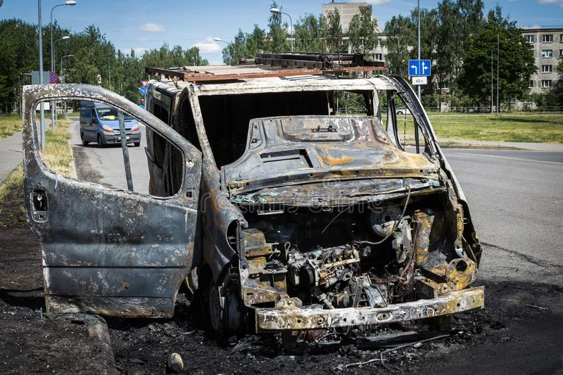 Download Automobile Completamente Bruciata Su Una Strada Immagine Stock - Immagine di dumped, rotto: 117979215