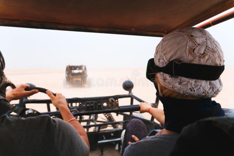 Download Automobile Con Errori Di Giovane Guida Delle Coppie In Deserto Fotografia Editoriale - Immagine di azione, attenzione: 55361066
