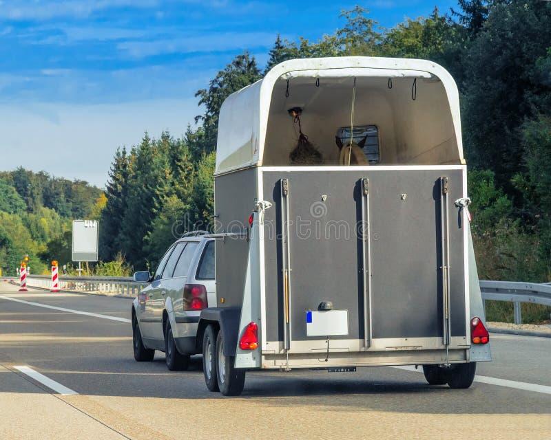 Automobile con il rimorchio del cavallo sulla strada in Svizzera fotografie stock