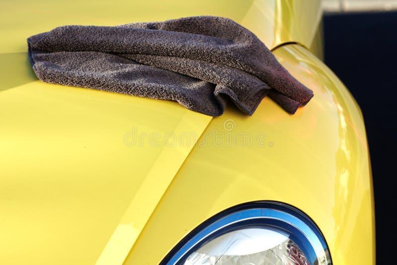 Automobile con la cera ed il panno della lucidatura fotografia stock libera da diritti
