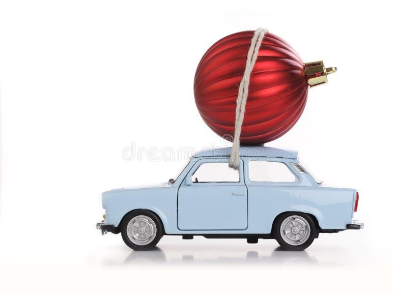Automobile con la palla di natale immagini stock