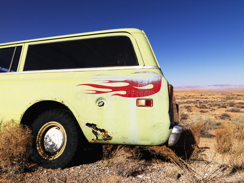 Automobile con le fiamme parcheggiate in deserto fotografia stock