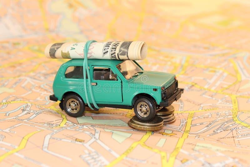 Automobile con soldi sui precedenti della mappa fotografia stock libera da diritti