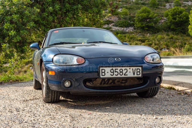 Automobile convertibile di cabrio blu di Mazda Miata mx5 N.B.: immagini stock libere da diritti