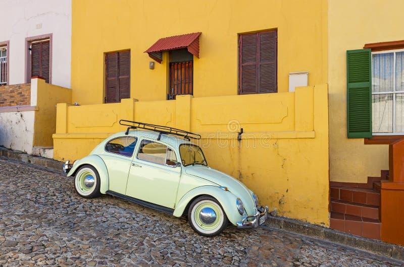 Automobile d'annata in BO Kaap, Sudafrica fotografia stock libera da diritti