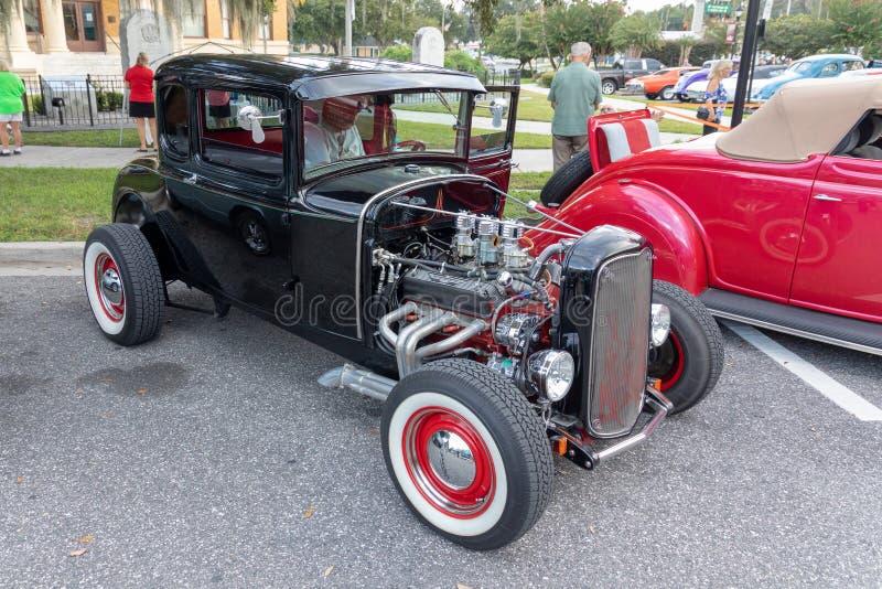 Automobile d'annata con il motore esposto fotografia stock