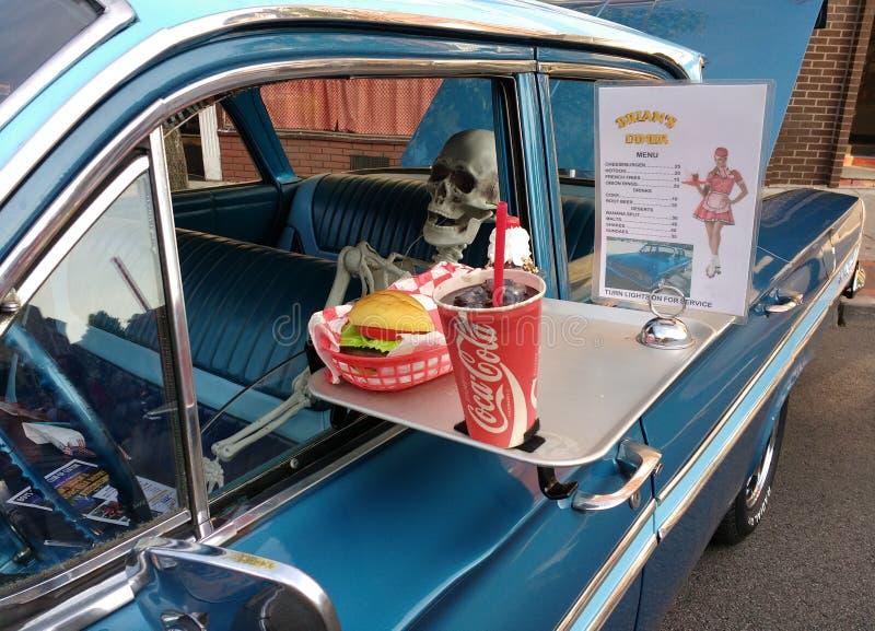 Automobile d'annata con uno scheletro umano ad un Car Show fotografia stock libera da diritti
