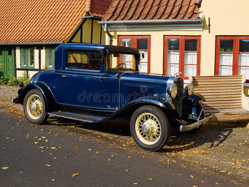 Automobile d'annata del vecchio temporizzatore nello stile classico immagini stock