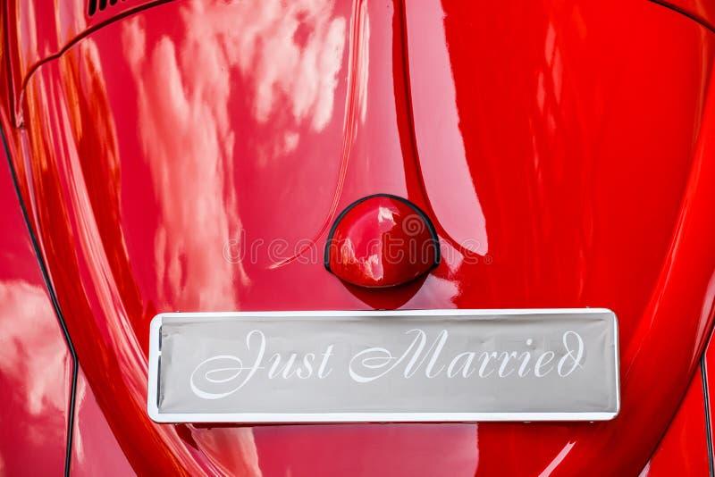 Automobile d'annata di nozze con appena il segno sposato e latte allegate fotografia stock