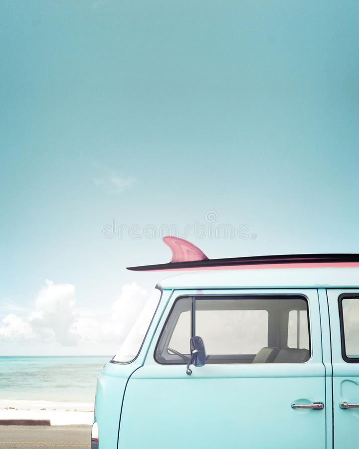 Automobile d'annata parcheggiata sulla spiaggia tropicale immagine stock libera da diritti