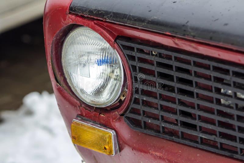 Automobile d'annata rossa su un festival di vecchie automobili Retro car& x27; fine del faro di s su immagini stock libere da diritti