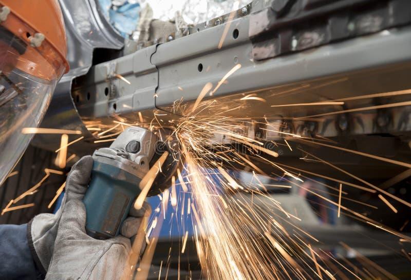 Automobile dans l'atelier de réparations image libre de droits