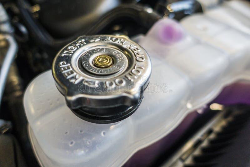 Automobile de réservoir de bouton de couverture de moteur de voiture images stock