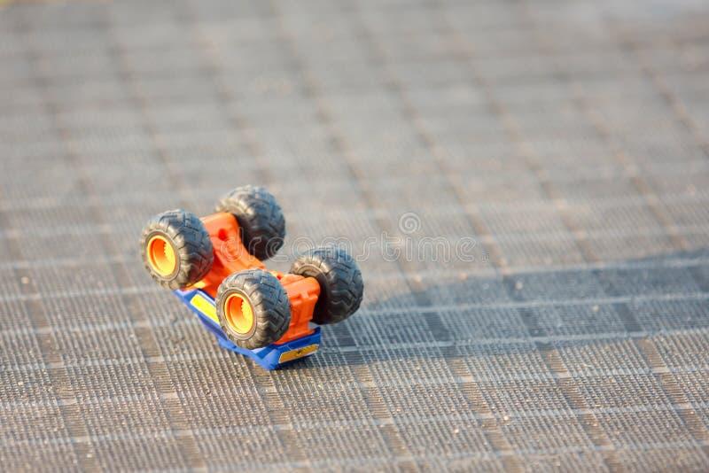 Automobile del giocattolo capovolta fotografie stock