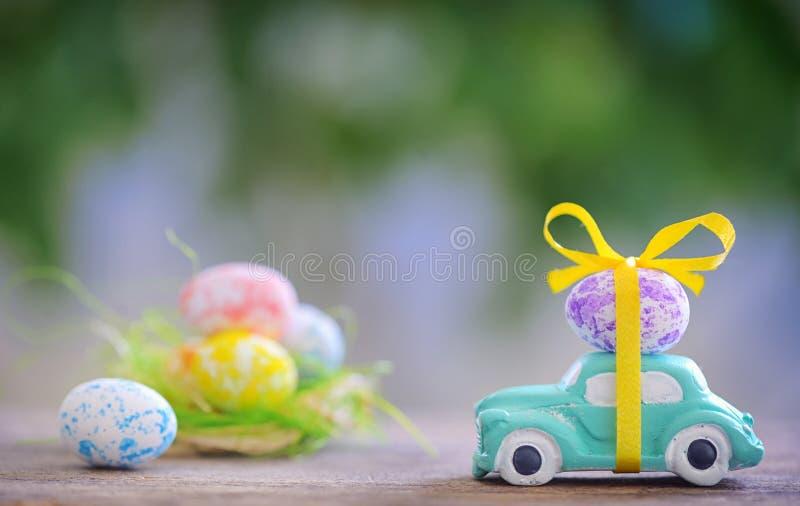 Automobile del giocattolo che porta l'uovo di Pasqua immagine stock libera da diritti