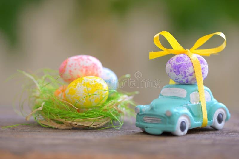 Automobile del giocattolo che porta le uova di Pasqua fotografia stock libera da diritti