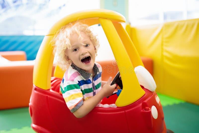 Automobile del giocattolo con le ruote del bambino Ragazzino con i giocattoli fotografia stock