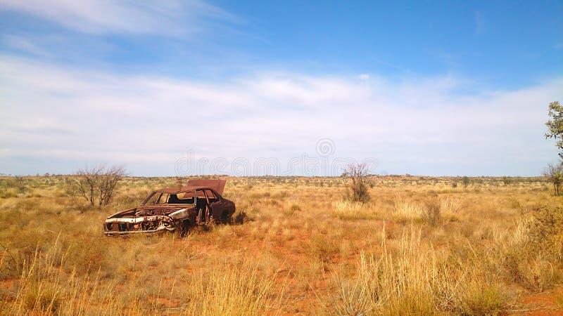 Automobile del relitto nell'entroterra australiana immagini stock