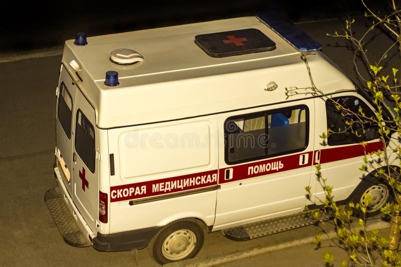Automobile dell'ambulanza sulla chiamata nell'iarda nella sera fotografia stock