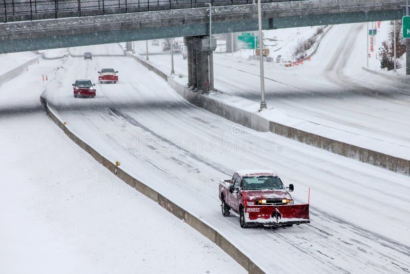 Automobile dell'aratro su I-95 dopo la tempesta di inverno immagini stock