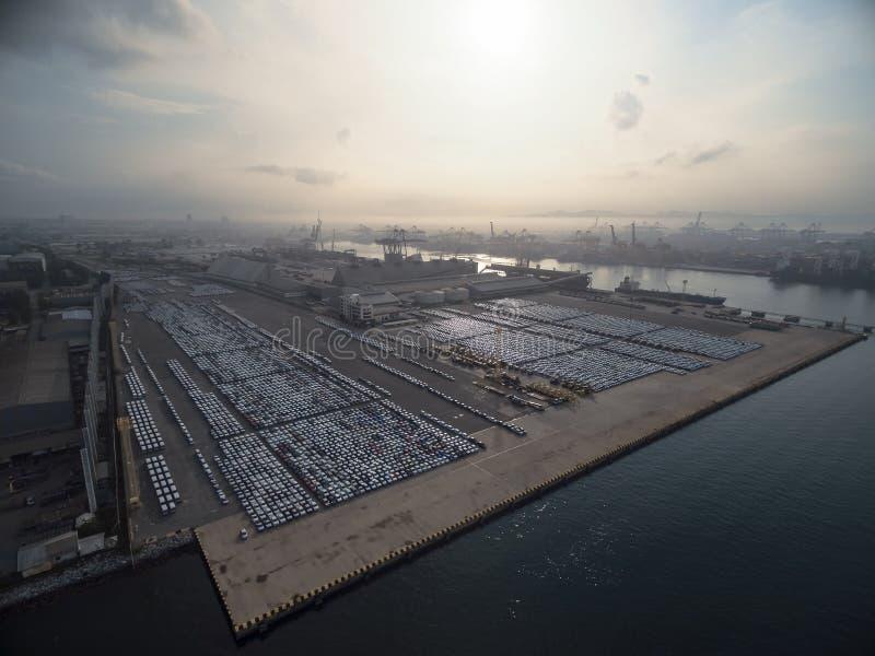 Automobile della fabbrica nel bacino di trasporto al tramonto immagine stock