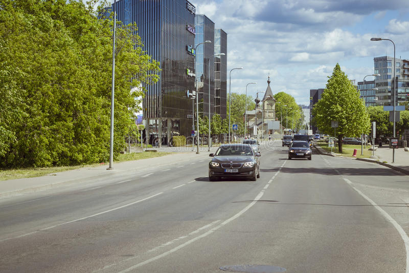 Automobile della vasta via, Tallinn, Estonia fotografie stock